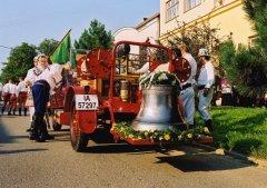 Slavnostní svěcení a zavěšení nového zvonu kostela PMK 18.8.2002
